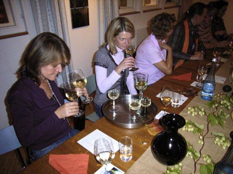 Weinprobe-Frauen